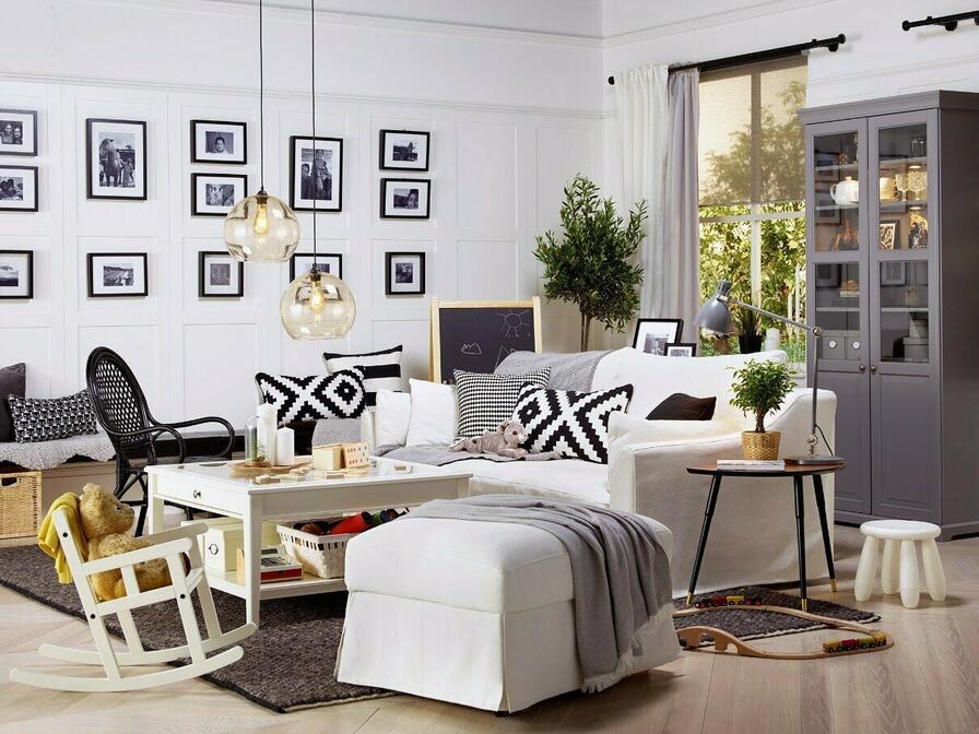 Miestnosť vďaka fotkám pôsobí útulne a príjemne.